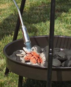 Mit dem Abflammgerät einen Grill anzünden
